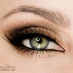 Złoty makijaż na wieczór – jak Mila Kunis
