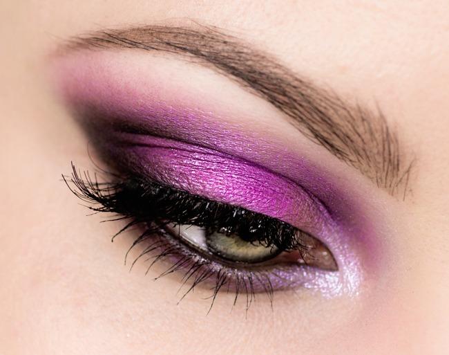 Mocny makijaż oczu na imprezę różowe smoky
